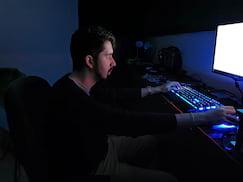 Foto do Augusto com luz apenas do monitor