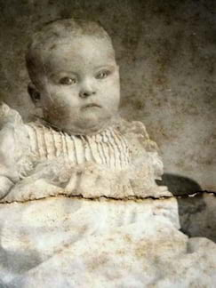 Bebê com as pálpebras pintadas