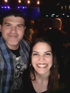 Selfie em baixa luz, com auxílio do flash feito pela tela em branco