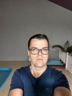 Motorola One Action - Selfie noturna