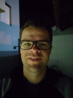 Câmera frontal noturna, ambiente pouca luz