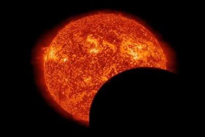 Nasa divulga imagens do Sol bloqueado pela Terra e Lua