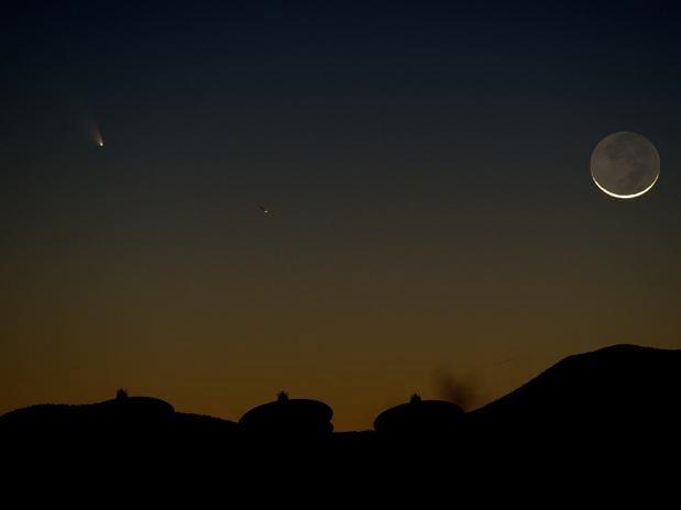 Cometa é visto passando pelo céu de Las Vegas