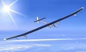 Avião movido por energia solar registra recorde de voo