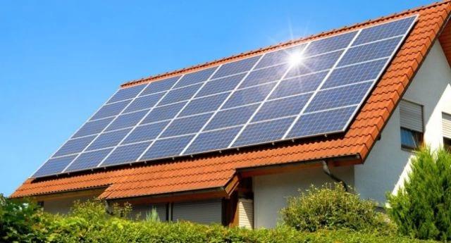 Paineis solares instalados em uma residência