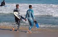 Roupas deixam surfistas invisíveis para tubarões
