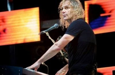 Tecladista da banda Bon Jovi usa Google Glass durante o show