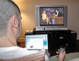 Brasileiros usam TV e computador ao mesmo tempo, diz pesquisa