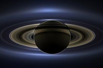 Veja a linda foto de Saturno, sob eclipse Solar, feita pela NASA