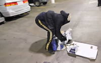 Homem destrói playstation 4 em frente a fila de compra