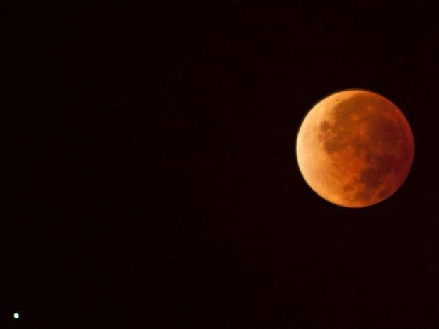 Lua de sangue encanta observadores