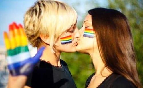 Italiana tem conta no Facebook bloqueada após foto de mulheres se beijando