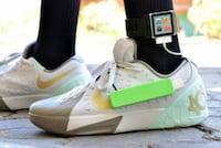Jovem cria tênis capaz de recarregar celulares