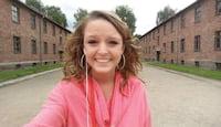 Adolescente é criticada após postar selfie sorridente em campo de concentração