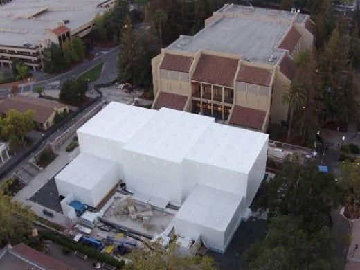 Apple monta caixa branca em frente ao local do evento e atrai muitos curiosos