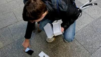 Nervoso, primeiro australiano a comprar iPhone 6 deixa o aparelho cair