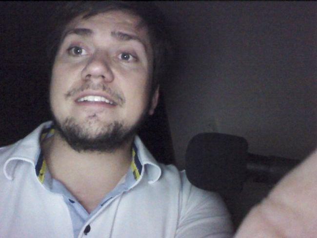 """Selfie com o """"flash"""" na câmera frontal. Desculpem pelo susto."""