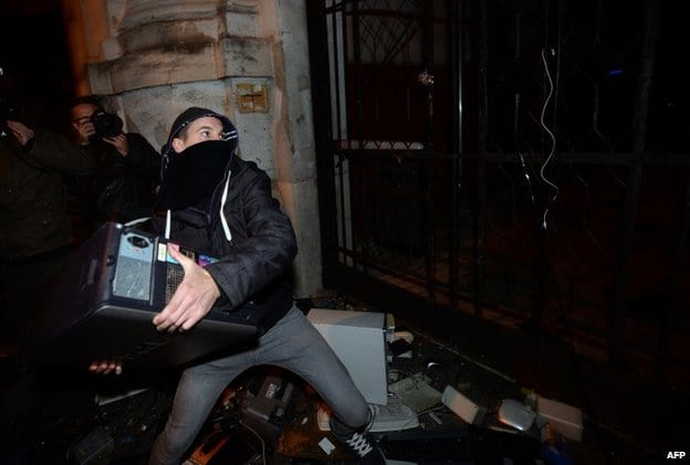 Húngaros vão às ruas protestar contra taxação da internet