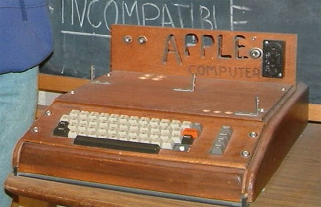 No início era comercializado somente a placa do computador dentro de uma caixa de papelão, sem qualquer tipo de gabinete, por isso era comum que os Apple I fossem instalados dentro de caixas de madeira feitas artesanalmente, como esta acima.