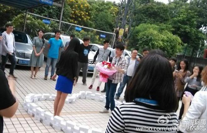 Chinês compra 99 iPhones para fazer pedido de casamento para namorada