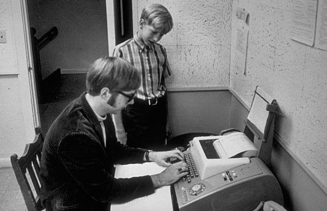 Paul Allen dá lições de programação ao jovem Bill Gates