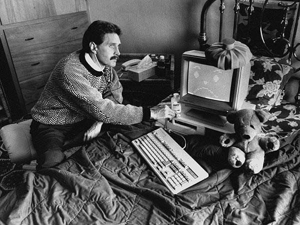 John examinando um computador infectado