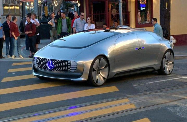 Mercedes sem motorista passeia pelas ruas de San Francisco