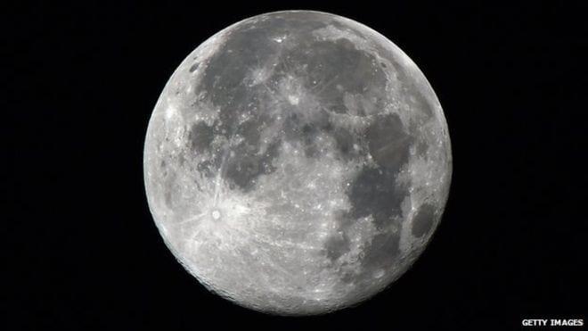 Cratera com 200 quilômetros de diâmetro é encontrada na Lua