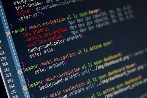Qual a diferença entre programação estruturada e programação orientada a objetos?