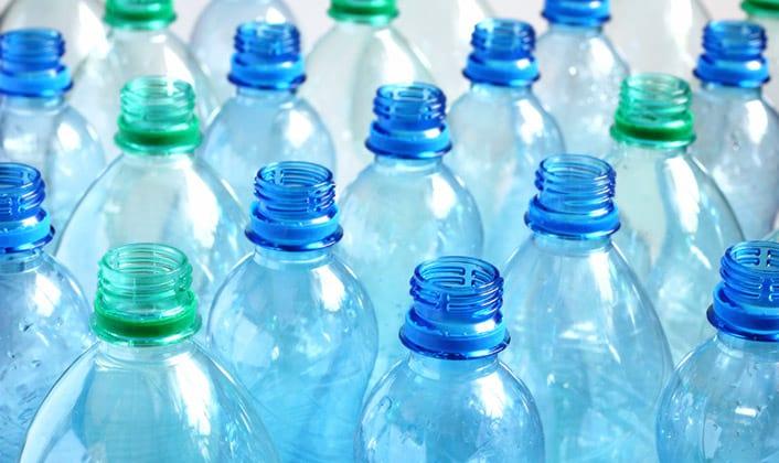 Como foi inventado o plástico?