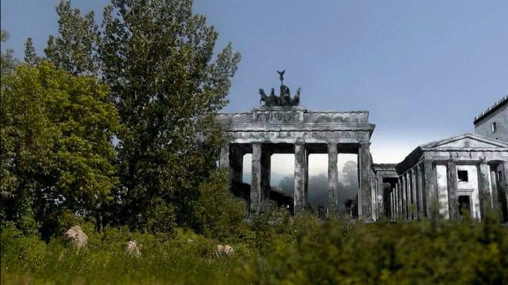Portão de Brandemburgo tomado pela vegetação.