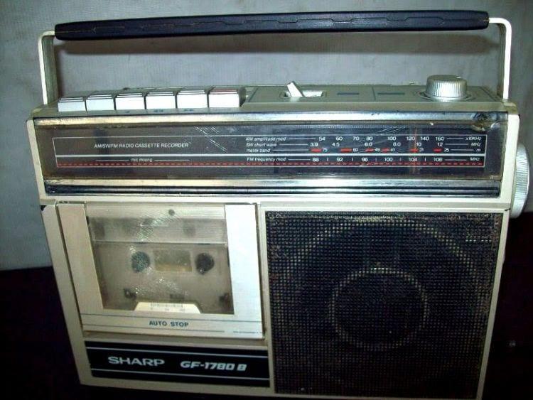 Rádio com fita cassete.