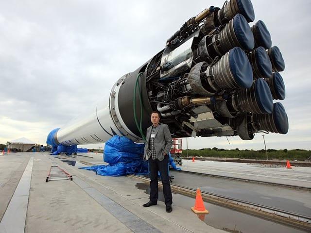 Falcon 9 explode poucos minutos após o seu lançamento