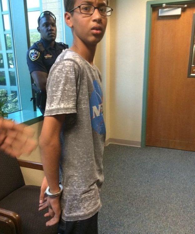 Garoto que foi preso por criar relógio recebe presente da Microsoft