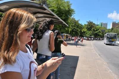 Quase metade dos internautas prefere ficar sem �gua e luz a celular