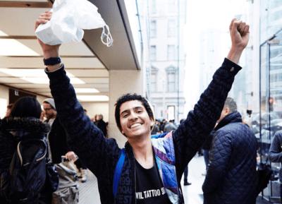Feliz, brasileiro � o primeiro a comprar o iPhone 6S