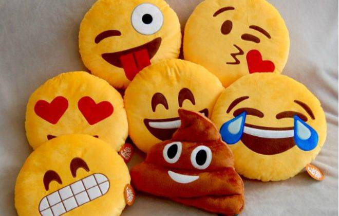 Jovens faturam alto com a venda de almofadas de emojis