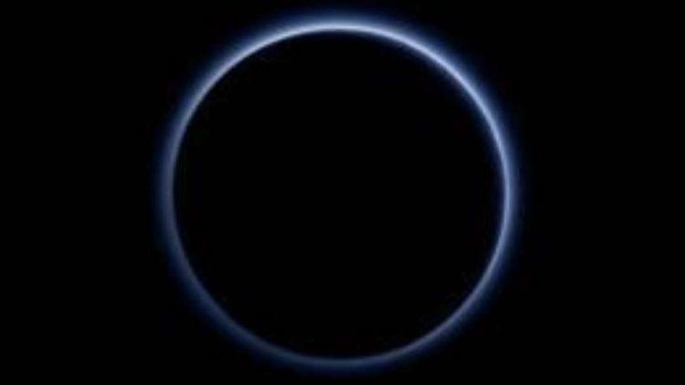 Primeira imagem em cores da atmosfera de Plutão exibe céu azul