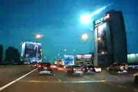 Meteoro cruza o céu de Bangkok