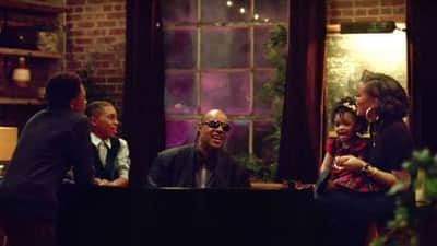 Propaganda de Natal da Apple estreia com Stevie Wonder e Andra Day