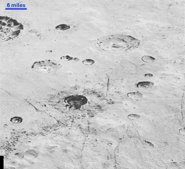 Imagem exibe as crateras de Plutão.
