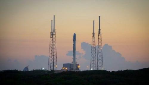 Foguete da SpaceX faz pouso perfeito