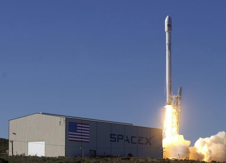 Falcon 9 cumpre sua missão, porém, ao pousar, tomba e explode.