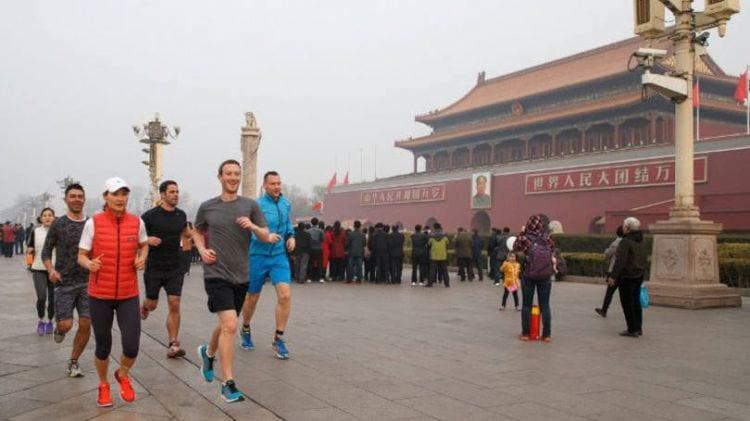 Zuckerberg corre ao ar livre em Pequim e gera polêmica