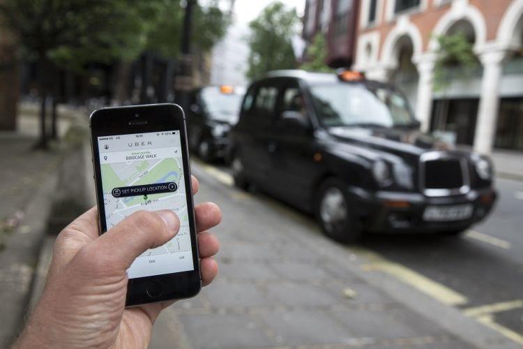 Uber poderá contar com carros autônomos. A empresa teria entrado em contato com fábricas de veículos que dispensam motoristas.