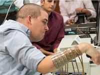Chip cerebral ajuda tetraplégico a recuperar movimento da mão
