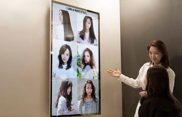 Clientes podem escolher um corte de cabelo através das imagens exibidas na tela.