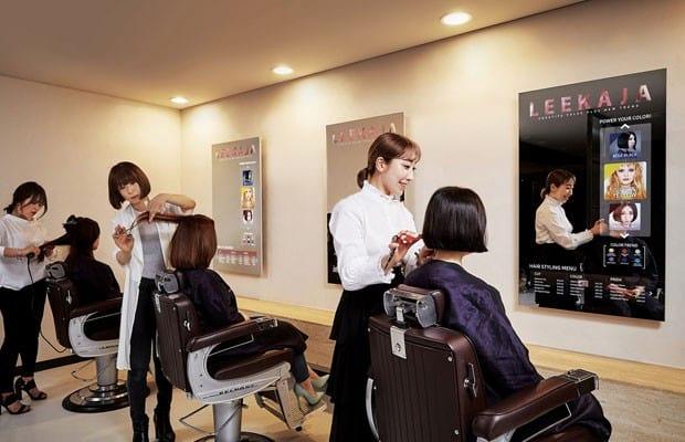 Salão de beleza da Coreia do Sul troca os espelhos por telas OLED.