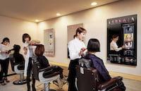 Salão da Coreia do Sul troca espelho por tela de TV transparente