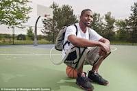 Jovem sobrevive com coração artificial guardado em uma mochila